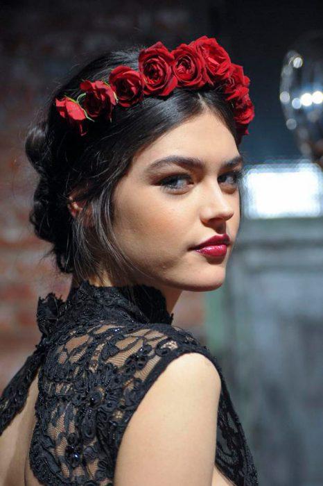 diadema de rosas rojas