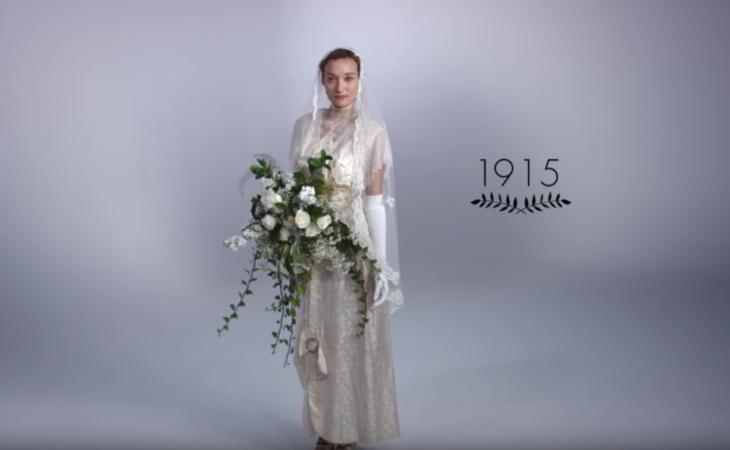 1915 mujer con ramo de boda y vestido de novia