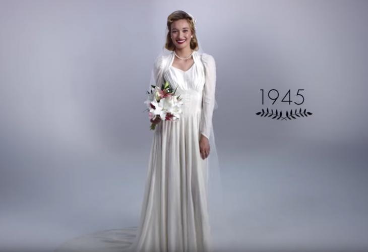 1945 mujer con ramo de boda y vestido de novia