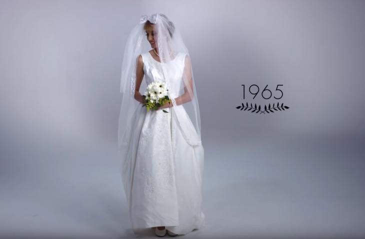 mujer con ramo de boda y vestido de novia 1965