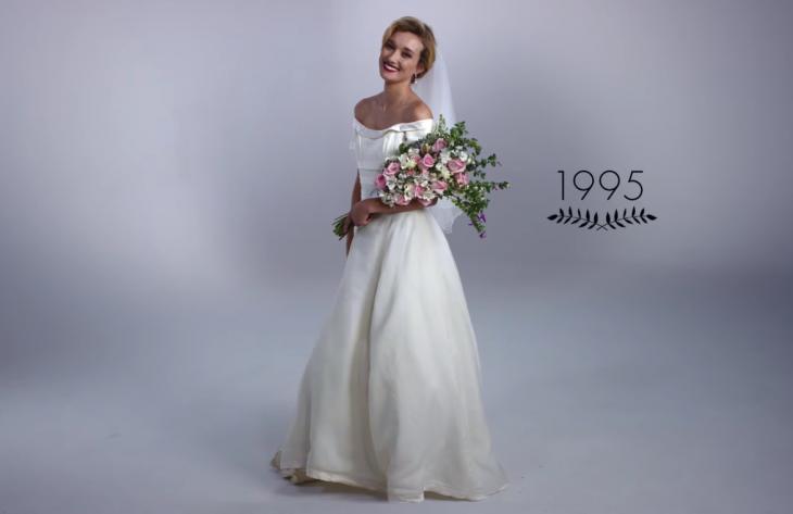 1995 mujer con ramo de boda y vestido de novia