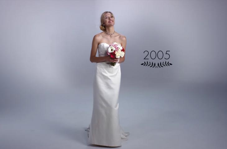 mujer con ramo de boda y vestido de novia 2005