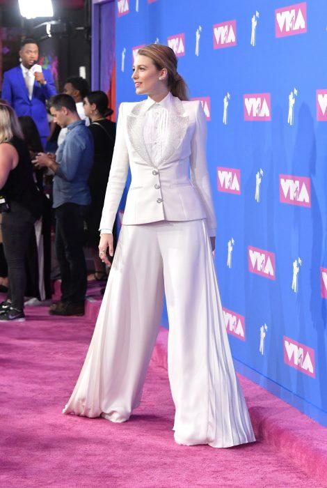 chica con traje blanoc