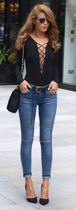 Chica usando un pantalón de mezclilla y blusa negra