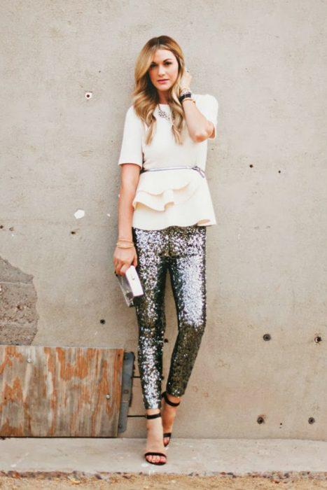 Chica usando un pantalón con brillos y blusa con holanes