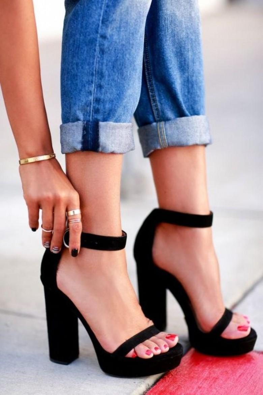 Tacones negros de pulsera y plataforma