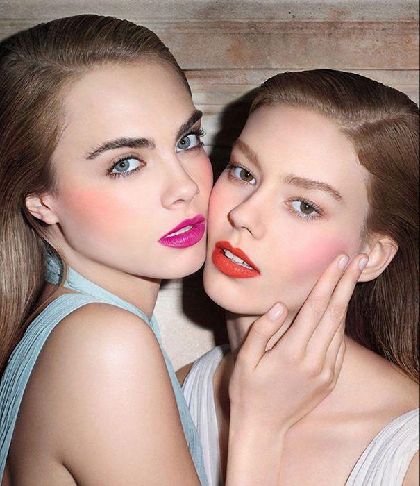 Para el maquillaje día debe elegir mate o satinado rubor, y para la noche fuera - un efecto de parpadeo