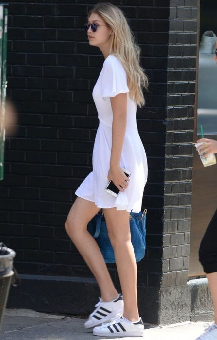 gigi-hadid-street-style-vestido-branco-e-tenis-adidas: