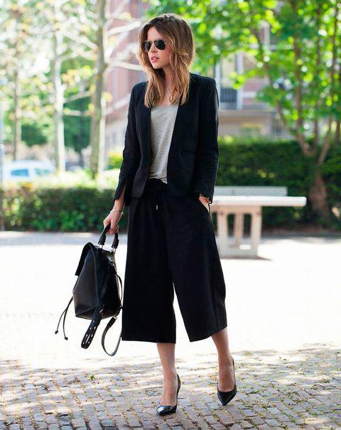 Chica usando usando pantalones anchos y cortos estilo traje sastre