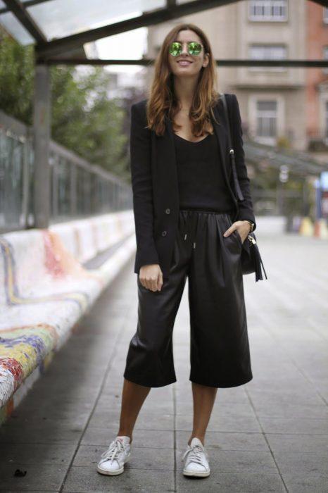 Chica usando usando pantalones anchos y cortos estilo negros
