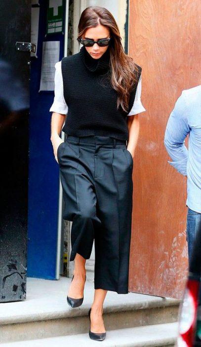 Victoria Beckham usando pantalones anchos y cortos