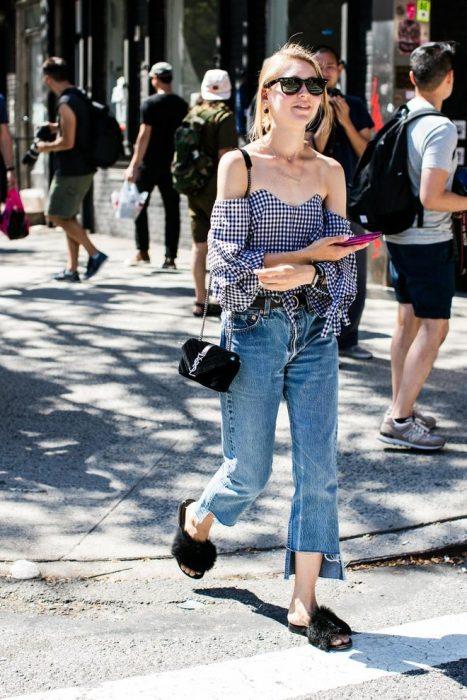 Chica usando usando pantalones anchos y cortos estilo jeans