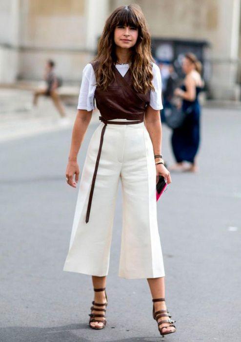 Chica usando usando pantalones anchos y cortos estilo pantalón de sastre