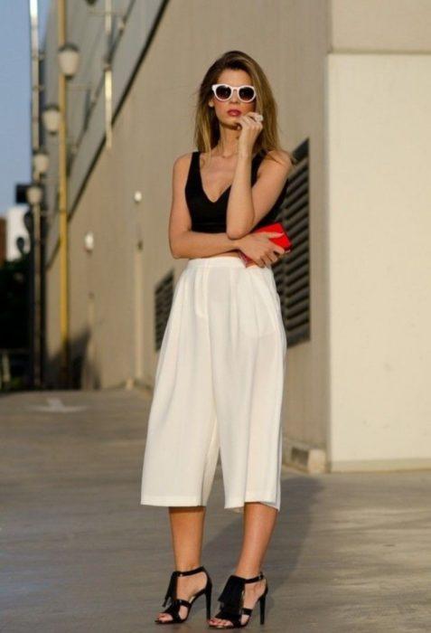 Chica usando usando pantalones anchos y cortos de vestir