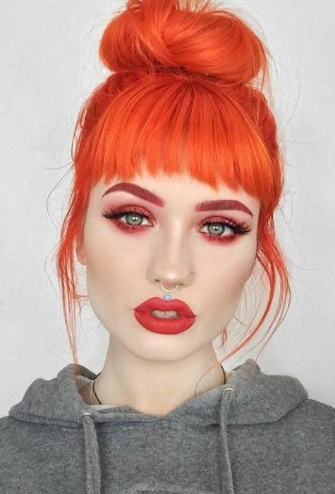 Chica con el cabello largo y teñido de color naranja