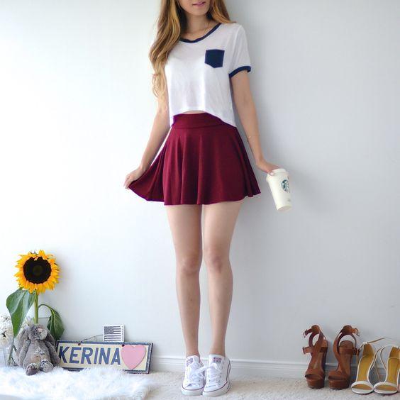 chica usando falda de color vino