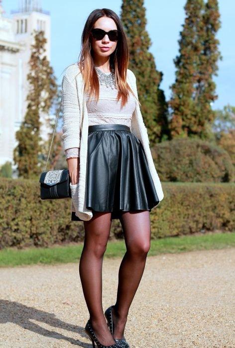 chica usando falda de cuero