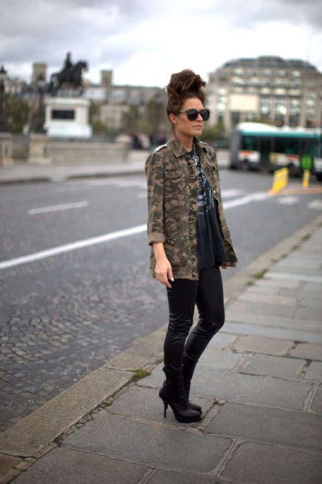 21 Ideas para combinar el estampado de camuflaje y lucir perfecta durante el otoño
