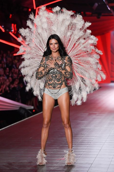 Adriana Lima despidiendose del victorias secret 2018