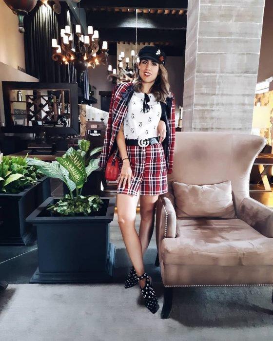 Chica usando un conjunto de falta y blazer irlandes con una boina