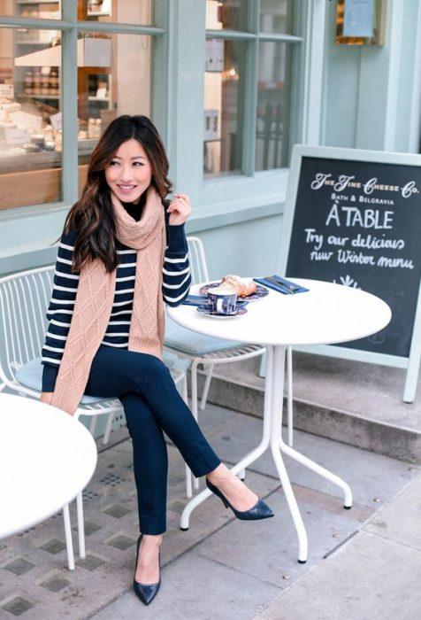Chica sentada en un café esperando que la atiendan