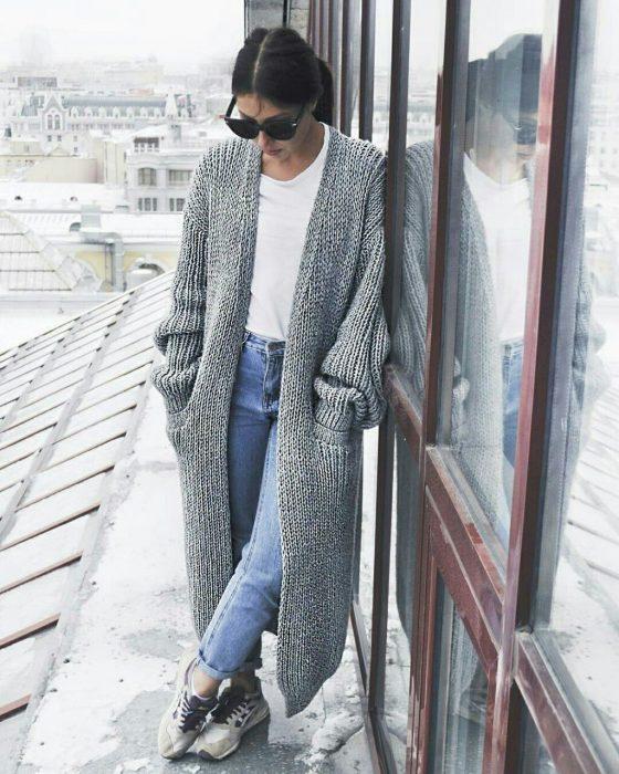 Chica usando un maxicardigan de color gris