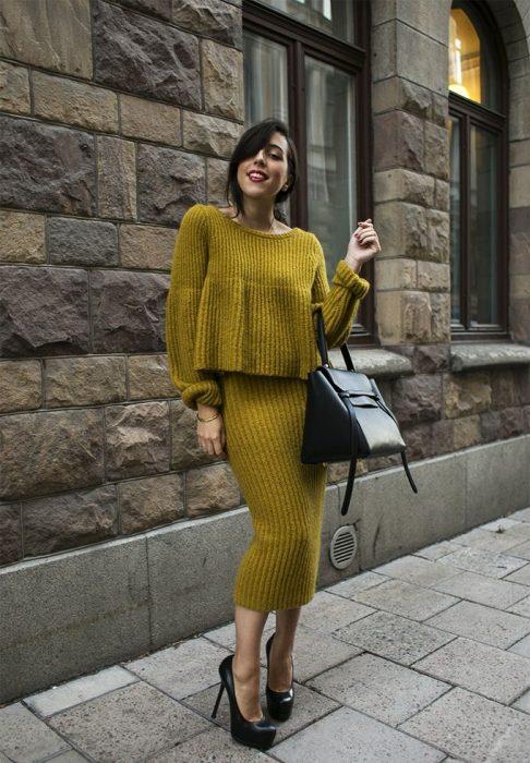 Chica con vestido tejido amarillo para el frío