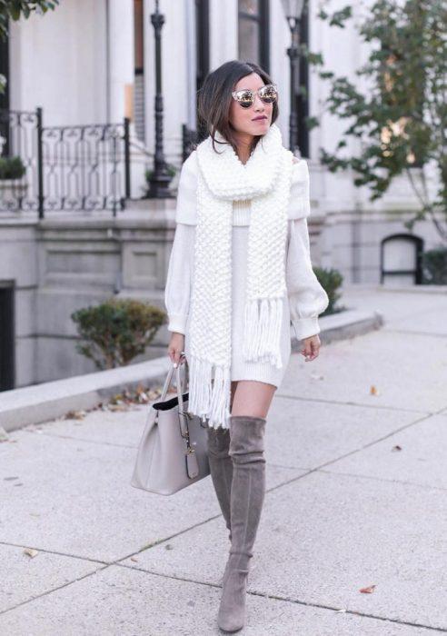 Chica con vestido blanco de invierno y bufanda