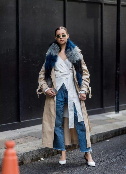 Chica usando una bufanda de color azul