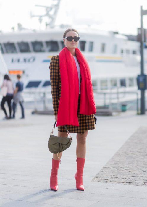 Chica usando una bufanda de color rojo