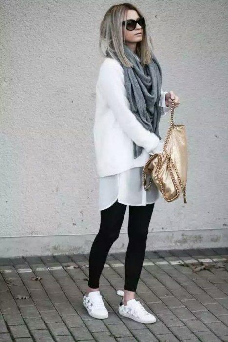 Chica usando una bufanda de color gris con un outfit de color blanco