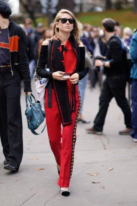Chica usando una bufanda de color roja con negro