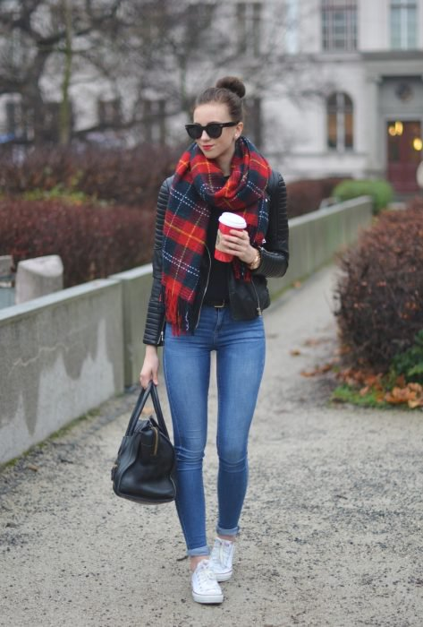 Chica usando una bufanda cuadrada con colores rojos y azules