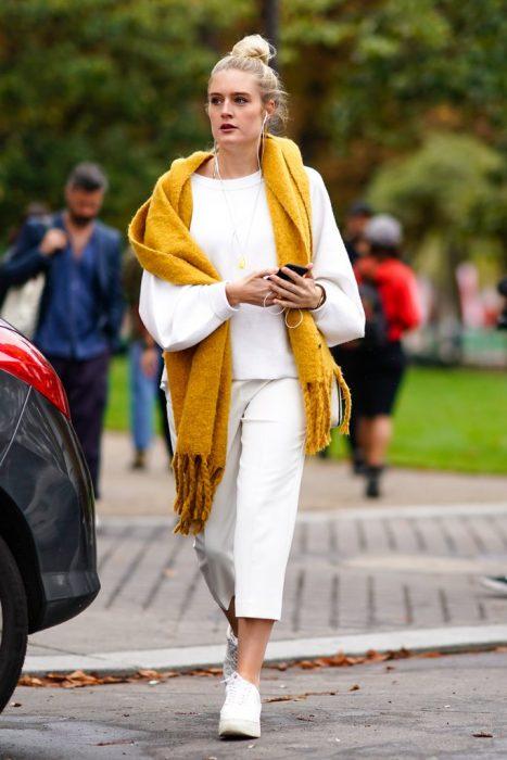 Chica usando una bufanda de color amarillo mostaza
