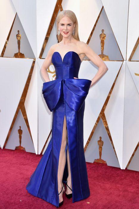 mujer rubia con vestido azul largo y moño