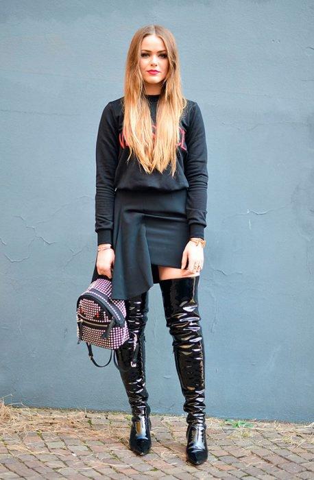 Chica usando vestido y botas de charol