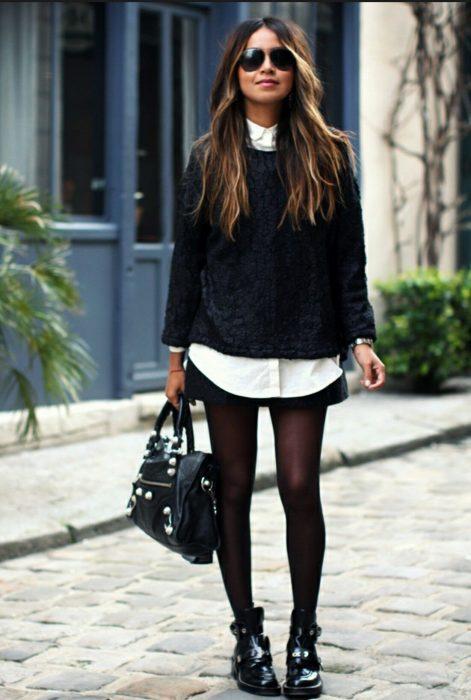 Chica usando botines con un outfit de oficina