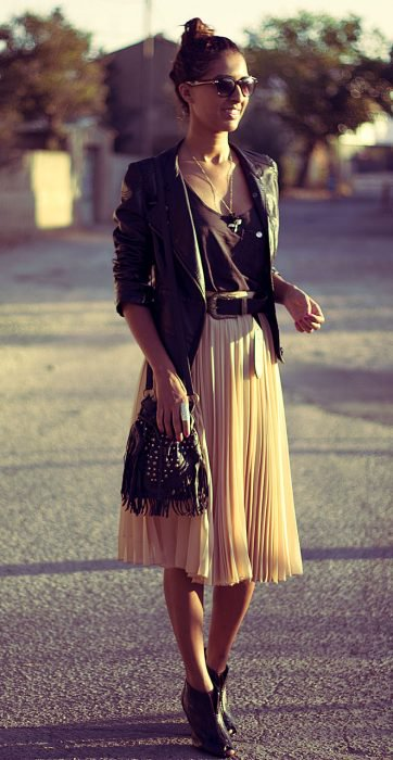 Chica usando una falda midi y botines