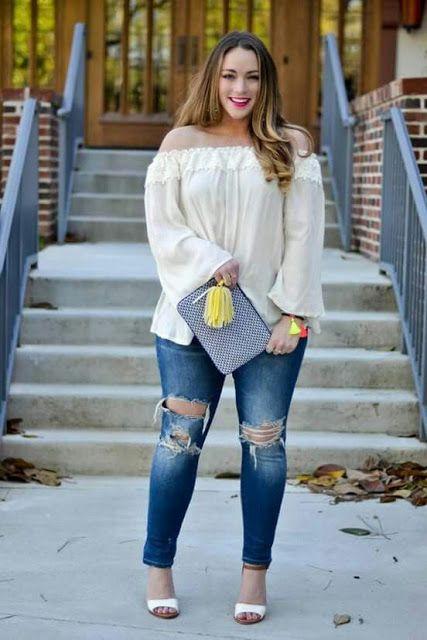 mujer con pantalón de mezclilla y blusa blanca