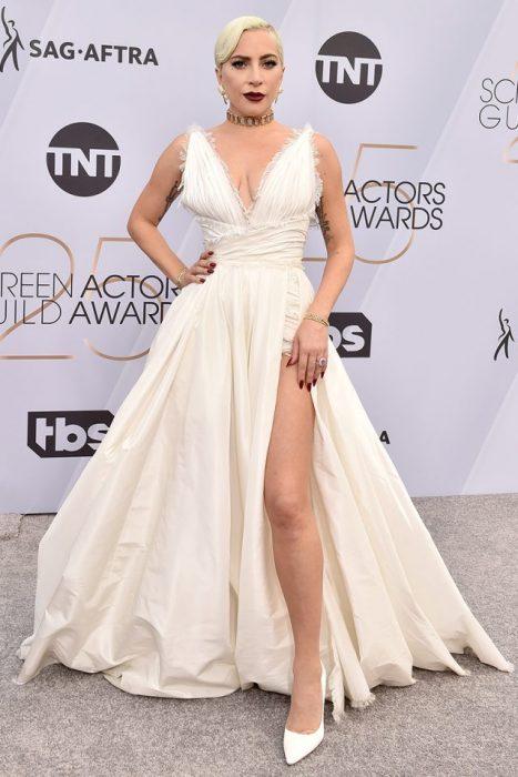 Lady Gaga en los SAG Awards 2019 con un vestido largo y beige es considerada una de las mejores vestidas