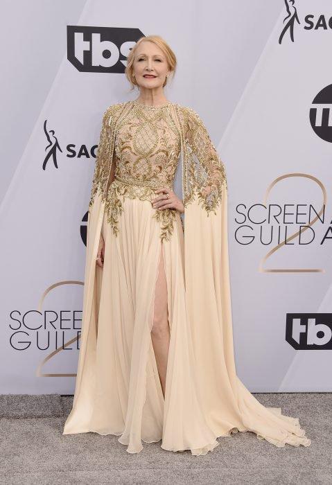Patricia Clarkson en los SAG Awards 2019 con un vestido beige es considerada una de las mejores vestidas