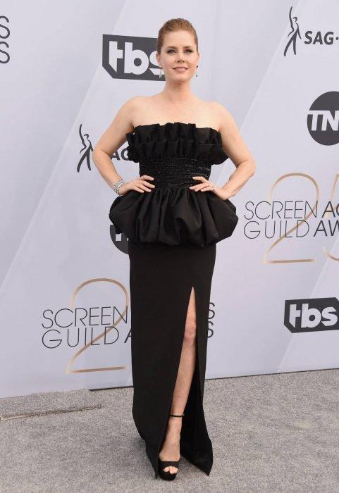 Amy Adams en los SAG Awards 2019 con un vestido negro con volumen es considerada de las mejores vestidas