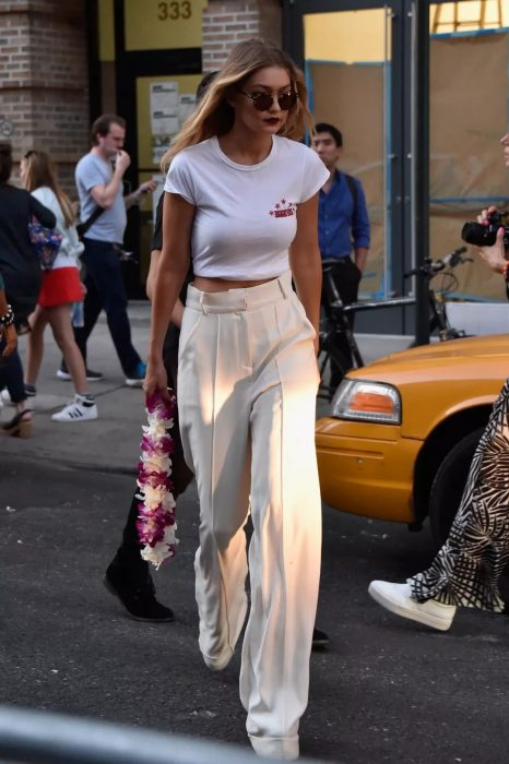 Chica usando un pantalón de tiro alto mientras camina por la calle