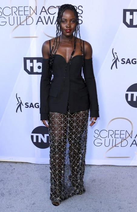 Lupita Nyong'o en los SAG Awards 2019 con un saco negro con escote en corazón fue considerada una de las peores vestidas