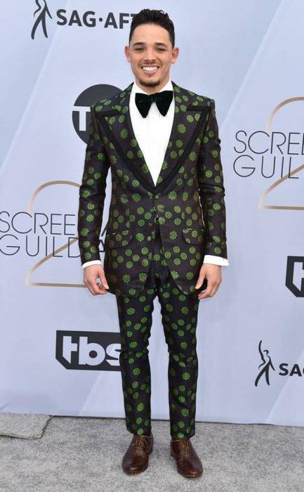 Anthony Ramos en los SAG Awards 2019 con un traje negro con estampado verde es considerado uno de los peores vestidos