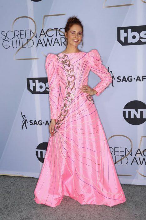 Kate Nash en los SAG Awards 2019 con un vestido largo y rosa es considerada una de las peores vestidas