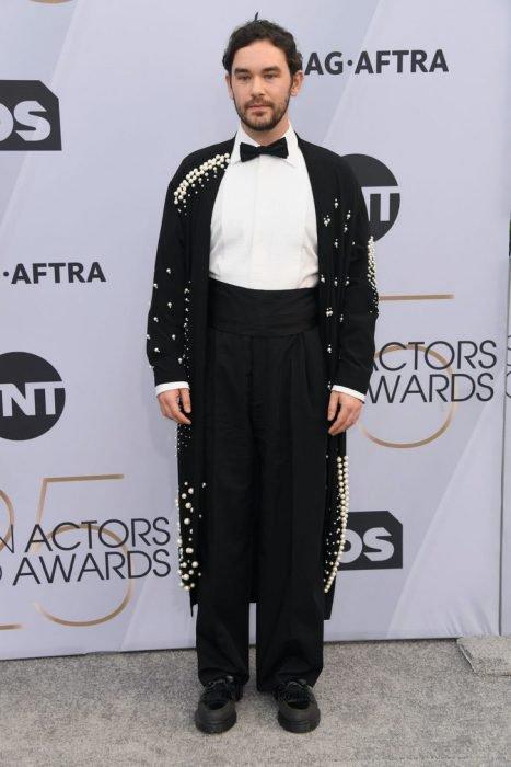 Casey Thomas Brown en los SAG Awards 2019 con un traje negro con dorado es considerado uno de los peores vestidos