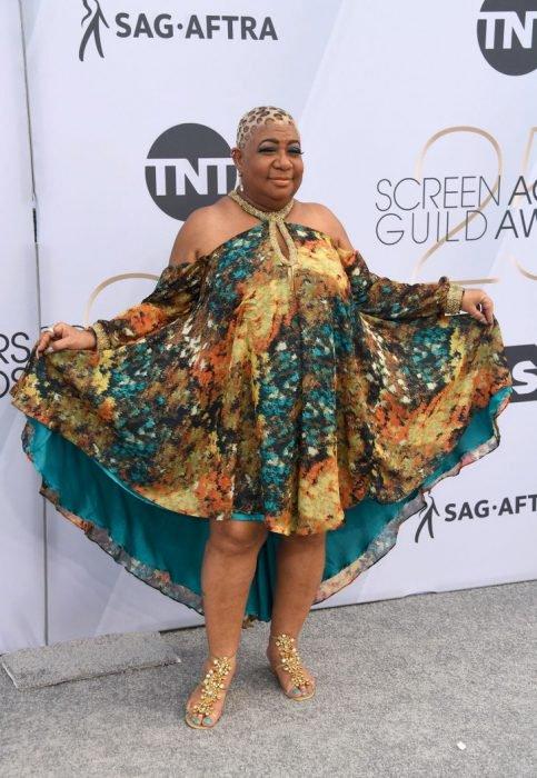 Luenell en los SAG Awards 2019 con un vestido corto estampado es considerada una de las peores vestidas