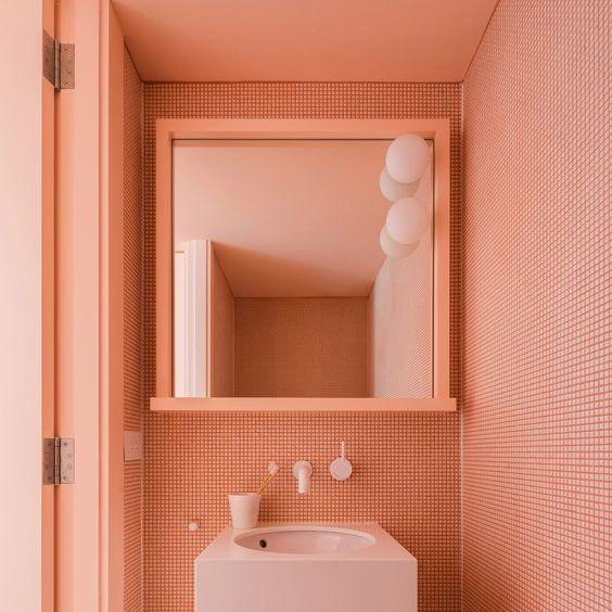 baño con paredes color coral
