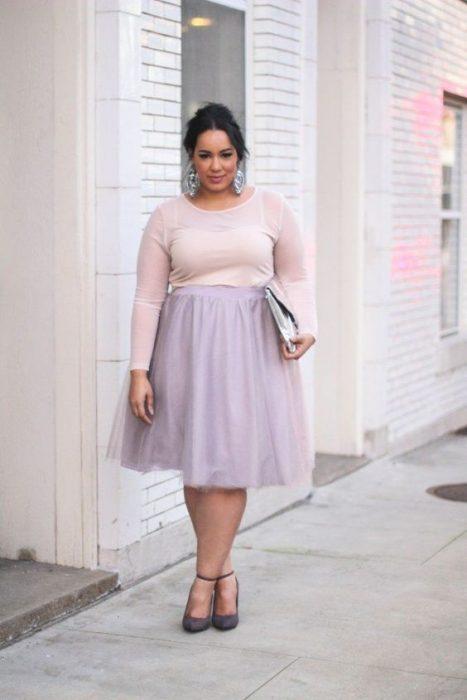mujer con falda lila de tul